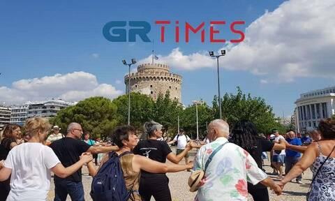 Θεσσαλονίκη: Χόρεψαν συρτάκι και ζεϊμπέκικο στη μνήμη του Μίκη Θεοδωράκη