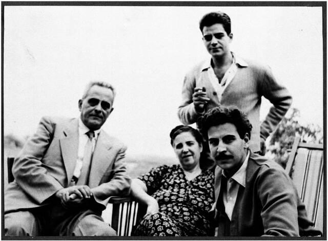 Μίκης Θεοδωράκης με τους γονείς του