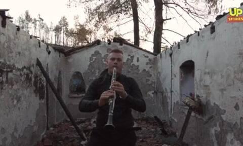Βόρεια Εύβοια: «Κλαίει» με το κλαρίνο του πάνω από τα συντρίμμια της καμένης γης