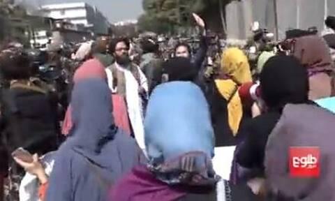 Βίαια επεισόδια στην Καμπούλ μεταξύ Ταλιμπάν και γυναικών που διαδήλωναν για τα δικαιώματά τους