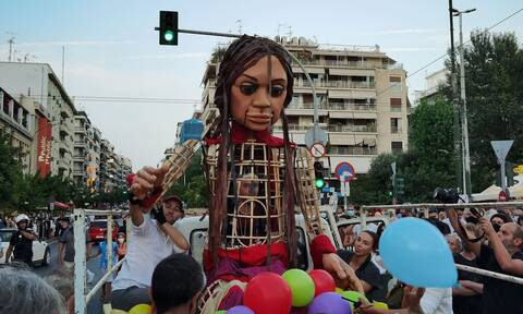 Η κούκλα «Αμάλ» έφτασε στον Πειραιά - Ισχυρές αστυνομικές δυνάμεις, υπό τον φόβο επεισοδίων