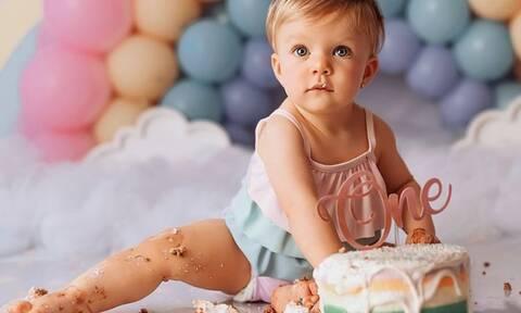 Μωράκια γίνονται ενός και λιώνουν τις τούρτες τους