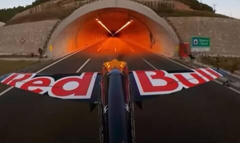 Εντυπωσιακό βίντεο: Πιλότος πέταξε μέσα από τούνελ με ταχύτητα 240χλμ./ώρα – Έσπασε 5 Ρεκόρ Γκίνες