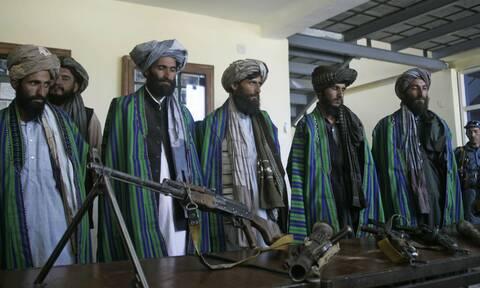 Αφγανιστάν: Νέα σχολική χρονιά στη σκιά των Ταλιμπάν – Με νικάμπ οι φοιτήτριες