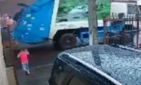 Υπάλληλος του δήμου στη Βραζιλία σώζει τελευταία στιγμή παιδάκι από αυτοκίνητο (vid)