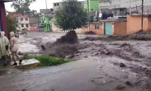 Mεξικό: Δύο νεκροί από τις ισχυρές πλημμύρες – Η στιγμή που τα ορμητικά νερά παρασύρουν αυτοκίνητα