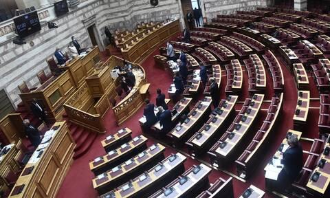 Βουλή: Υπερψηφίστηκαν το νομοσχέδιο για «λόμπινγκ» και η τροπολογία για υποχρεωτικό εμβολιασμό