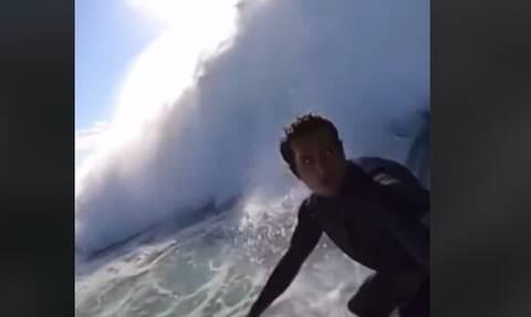 Τρομακτικό βίντεο: Γιγαντιαία κύματα καταπίνουν σέρφερ