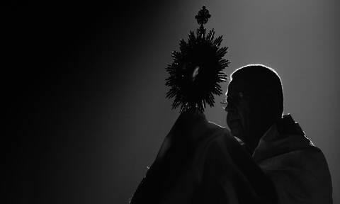 Ισπανία: Επίσκοπος τα παράτησε όλα για να παντρευτεί συγγραφέα σατανικών βιβλίων