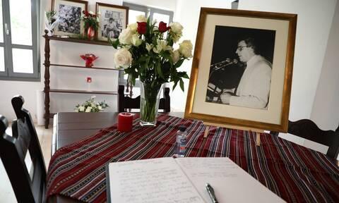 Μίκης Θεοδωράκης: Ύστατο χαίρε στον κορυφαίο μουσικοσυνθέτη από τον Δήμο Πειραιά