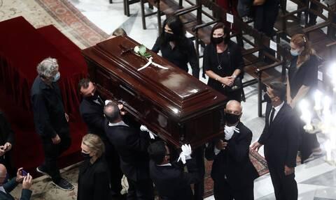 Μίκης Θεοδωράκης: Πλήθος κόσμου αποχαιρέτησε τον μεγάλο συνθέτη - Στις 21:00 μεταφέρεται η σορός