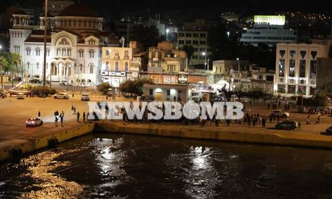 Μίκης Θεοδωράκης: Σάλπαρε για το τελευταίο ταξίδι στα Χανιά – Ρίγη συγκίνησης στο λιμάνι του Πειραιά