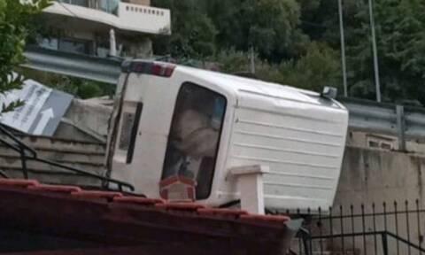 Καβάλα: Απίστευτο τροχαίο - Φορτηγάκι προσγειώθηκε σε κεραμοσκεπή σπιτιού (pics)
