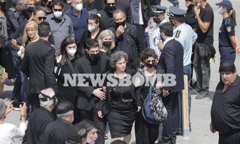 Μίκης Θεοδωράκης: Υποβασταζόμενη στην κηδεία του πατέρα της η κόρη του Μαργαρίτα