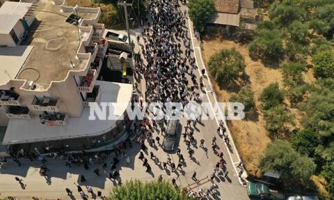 Μίκης Θεοδωράκης: Πλήθος κόσμου συνοδεύει τη σορό στο Κοιμητήριο (pics)