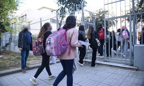 Άνοιγμα σχολείων: Επιστροφή με «αναμενόμενη αύξηση κρουσμάτων» - Κίνητρα στους νέους να εμβολιαστούν