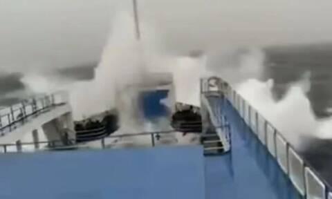 Βίντεο που «κόβει» την ανάσα: Πλοίο δίνει μάχη με τα μανιασμένα κύματα