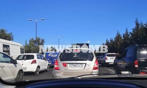 Κίνηση ΤΩΡΑ: Τεράστιο μποτιλιάρισμα στη λεωφόρο Σχιστού λόγω τροχαίου και Ράλι Ακρόπολις