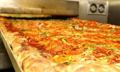 Ποιος να τη φάει; Πίτσα που παθαίνεις χοληστερίνη μόνο που τη βλέπεις!