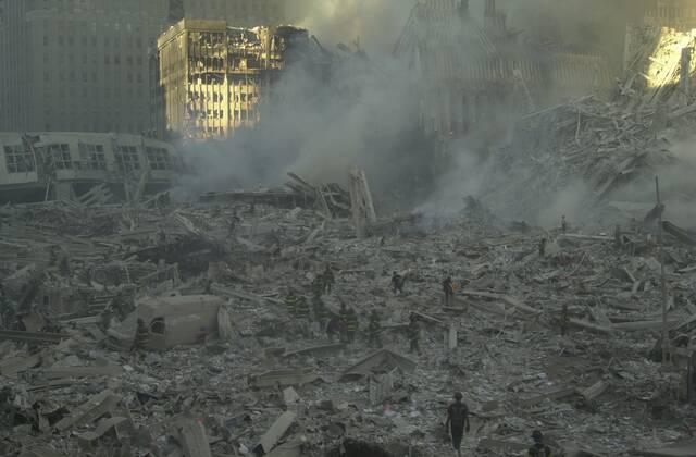 Πυροσβέστες ανοίγουν δρόμο μέσα στο χάος