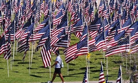 Σημαίες στη μνήμη των θυμάτων