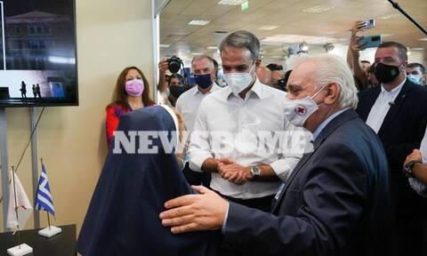 ΔΕΘ 2021: Στο περίπτερο του Ελληνικού Ερυθρού Σταυρού ο Πρωθυπουργός – Συνεχάρη τους εθελοντές (vid)