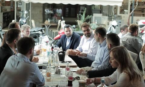 ΔΕΘ 2021: Καφέ με την νεολαία της ΝΔ ήπιε ο Γρηγόρης Δημητριάδης