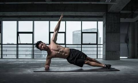 Πλάγια σανίδα: H άσκηση που δεν πρέπει να λείπει από το ασκησιολόγιό σου
