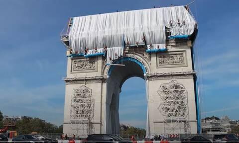 Γαλλία: Το Παρίσι «αμπαλάρει» την Αψίδα του Θριάμβου τιμής ένεκεν στον καλλιτέχνη Christo (βίντεο)