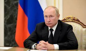 Путин заявил, что ситуация с ковидом остается сложной, болеют даже в его окружении