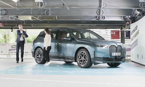 H BMW iX Drive μπορεί να κάνει πολλά στον «αυτόματο»