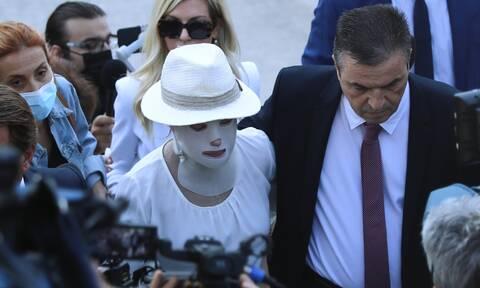 Επίθεση με βιτριόλι: Απούσα η δράστις - «Θα εκπροσωπηθώ από τους δικηγόρους μου»