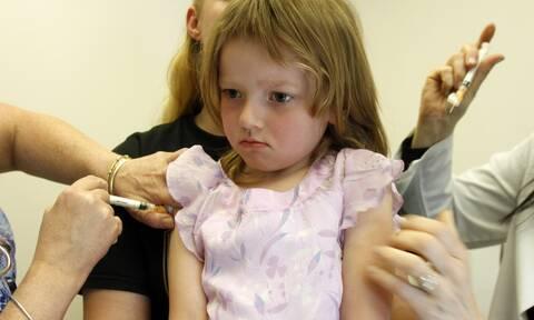 Daily Mail: Τα παιδιά αποκτούν καλύτερη ανοσία όταν κολλάνε τον ιό παρά όταν εμβολιάζονται