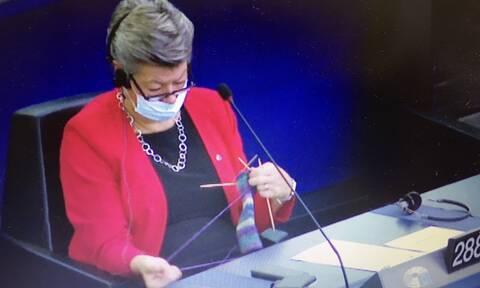 Απίστευτες εικόνες στο Ευρωκοινοβούλιο: Η φον ντερ Λάιεν μιλούσε και δύο επίτροποι… έπλεκαν!