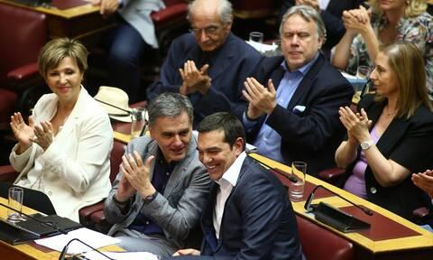 Το «όλον κόμμα» μπροστά στη δύσκολη συγκυρία - Ο ΣΥΡΙΖΑ συσπειρώνεται απέναντι στον Μητσοτάκη