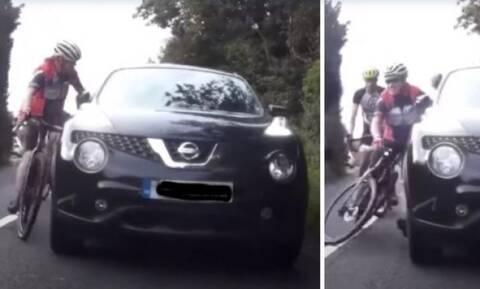 Οδηγός Ι.Χ έριξε μπουνιές σε ποδηλάτες επειδή τον καθυστερούσαν