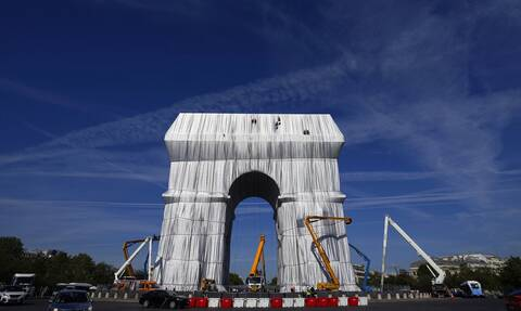 Γαλλία: Ο πρόεδρος Μακρόν εγκαινίασε την «πακεταρισμένη» Αψίδα του Θριάμβου