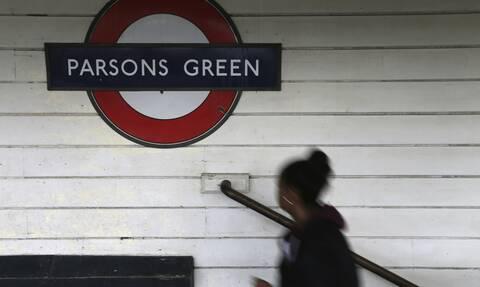 Βρετανία: Οι Λονδρέζοι πέφτουν στις σκάλες του μετρό - Δεν πιάνουν την κουπαστή λόγω κορονοϊού