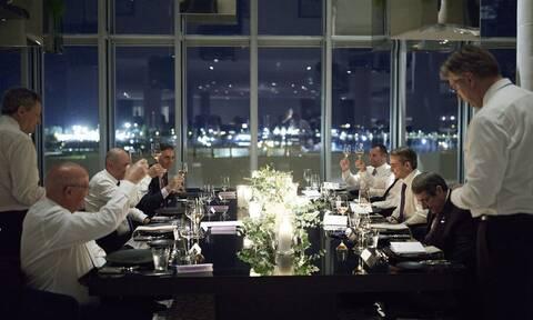 Χαλαρές στιγμές στο δείπνο για τους ηγέτες που μετείχαν στην EUMED 9