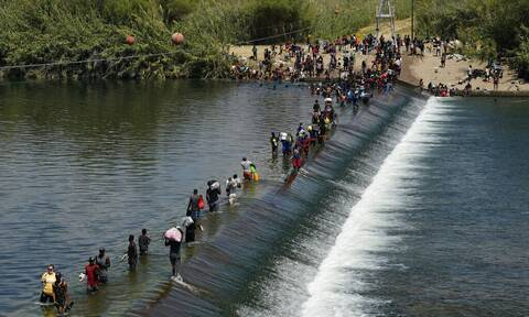 ΗΠΑ: Η κυβέρνηση Μπάιντεν θα επιταχύνει τις πτήσεις επαναπατρισμού σχεδόν 15.000 μεταναστών