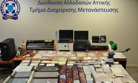Πλαστογράφοι για διαβατήρια και άδειες διαμονής