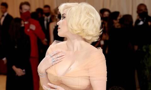 Η Billie Eilish σε μια εξομολόγηση για την εικόνα της και το φόρεμα του Met Gala (photos)