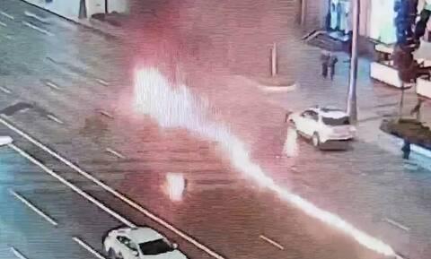 Απίστευτο ατύχημα: Μοτοσικλετιστής πήρε φωτιά μετά από τρακάρισμα