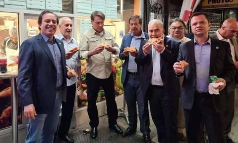 ΗΠΑ: Ο Μπολσονάρου έφαγε πίτσα στο πεζοδρόμιο λόγω απαγόρευσης σε ανεμβολίαστους