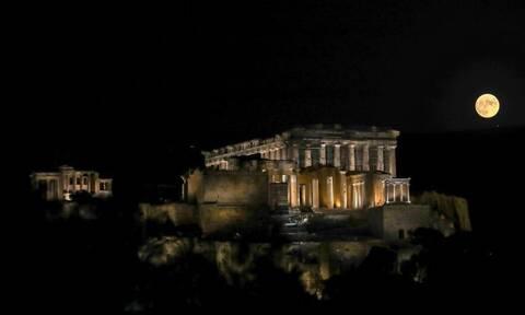 Πανσέληνος του «Καλαμποκιού»: Εντυπωσιακές εικόνες με φόντο την Ακρόπολη