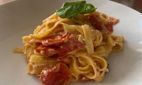 Η συνταγή για baked feta pasta με ελληνικά αγνά υλικά που έγινε Viral στο Τik Tok (Γράφει η Majenco)