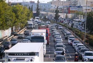 Κίνηση ΤΩΡΑ: «Κόλαση» χιλιομέτρων στην κάθοδο του Κηφισού – Προβλήματα και στην Αττική Οδό