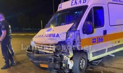 Σφοδρή σύγκρουση οχήματος με ασθενοφόρο στη Λαμία