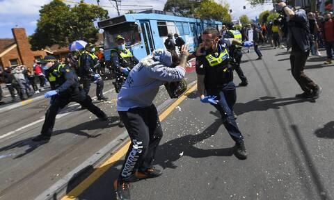 Συμπλοκές αστυνομικών με διαδηλωτές στη Μελβούρνη