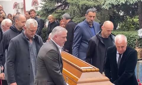 Ντούσαν Ίβκοβιτς: Συγκλονιστικές εικόνες στην κηδεία του Ντούντα - Ο Ομπράντοβιτς σήκωσε το φέρετρο